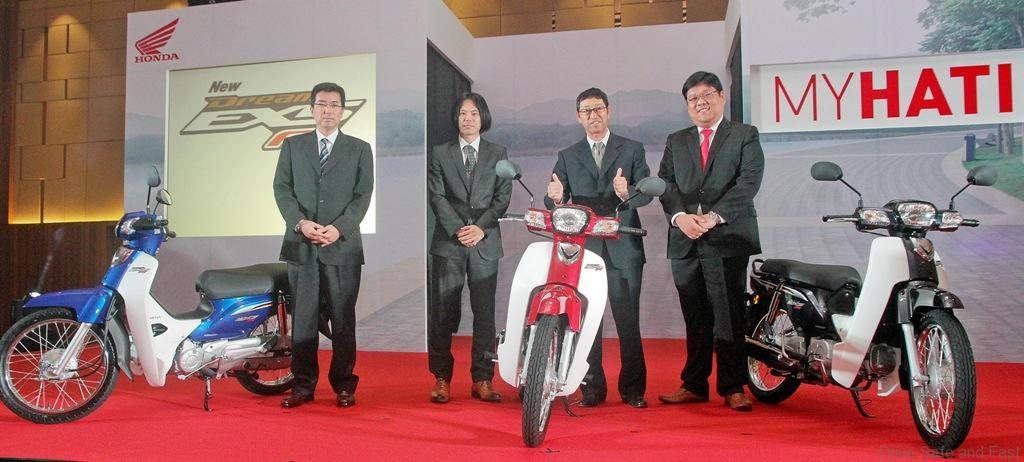03-L-R-Boon-Siew-Honda-CMO-Masami-Masuyama-LPL-Tatsuya-Minagawa-Koji-Onishi-and-Dato-Sri-Tan-Hui-Jing-with-the-newly-launched-EX5-Dream-FI