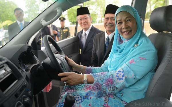 Raja-Permaisuri-Agong-Tuanku-Hajah-Haminah-pleasure-to-test-drive-a-four-wheel-drive-Toyota-Hilux-600x372