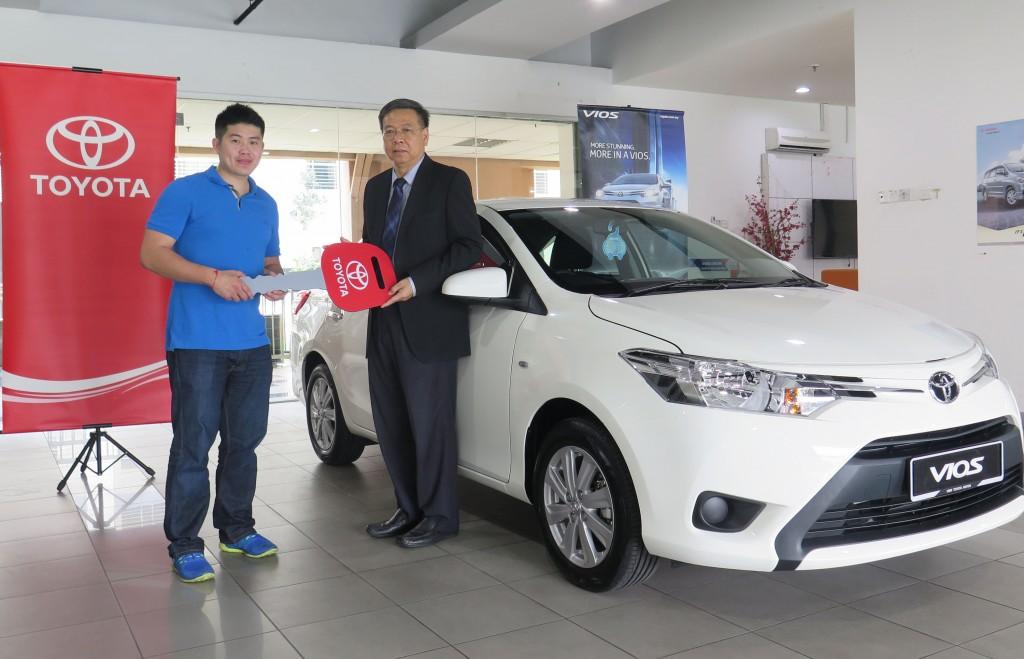 WOW 03_Mr Lau Er Kheng from Puchong,  Kuala Lumpur receiving his prize car