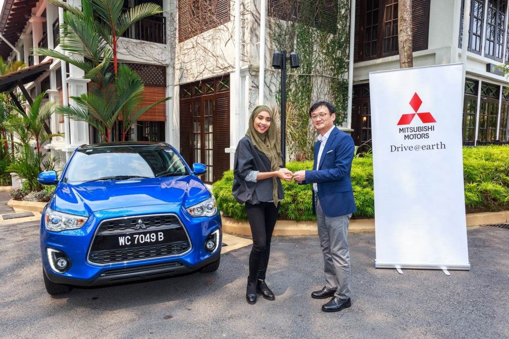 CEO of MMM Mr. Yang Won-Chul handing over the ASX to singer-songwriter Yuna (1)