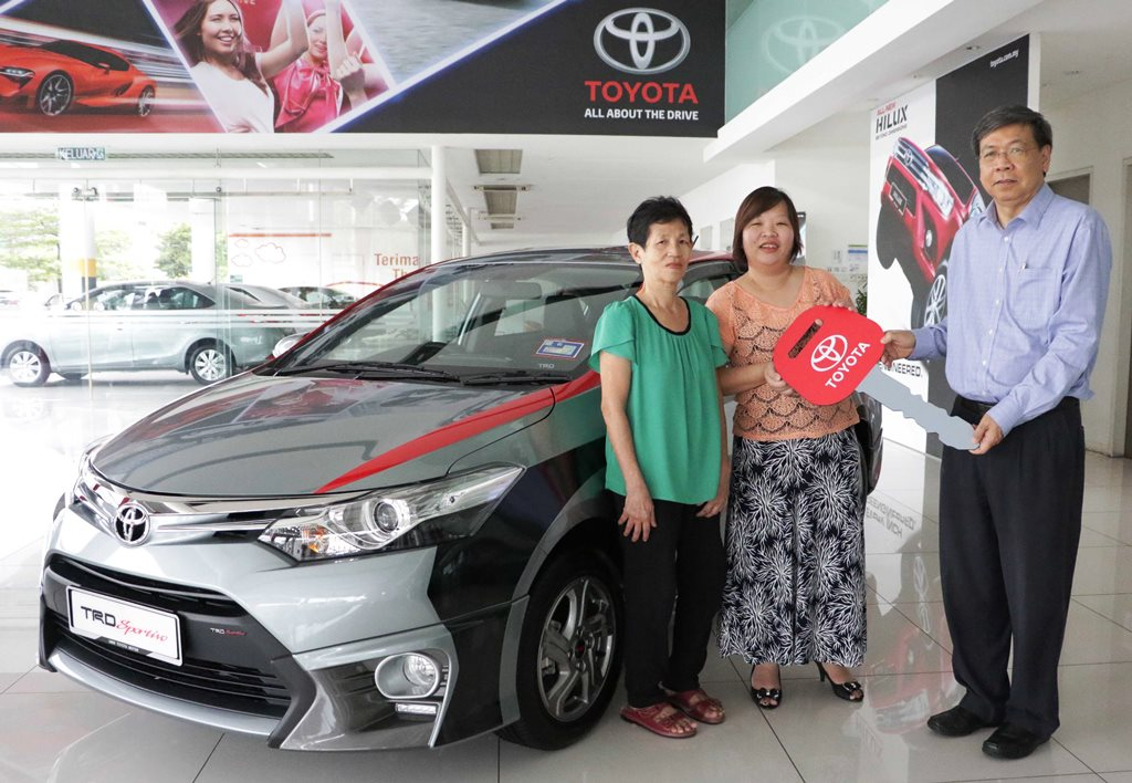 Mr. Khong Man Cheong, Executive Director of UMWT handed over the mock key to the Vios lucky winner, Ms Sum Choo Sin (middle)