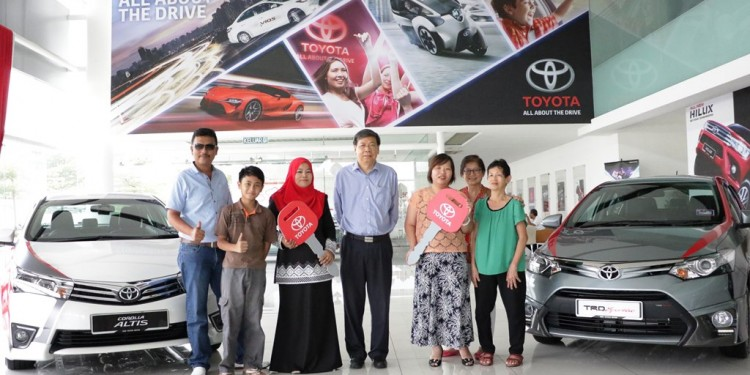 One for the Album, Lucky winners with their family -  Puan Noraini Shafii (third from Left), Ms. Sum Choo Sin (third from right),