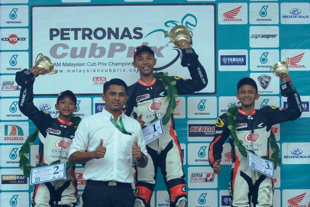 Zulhelmi (dua kiri) bersama pemenang-pemenang Honda Wave Alpha di Pasir Gudang.