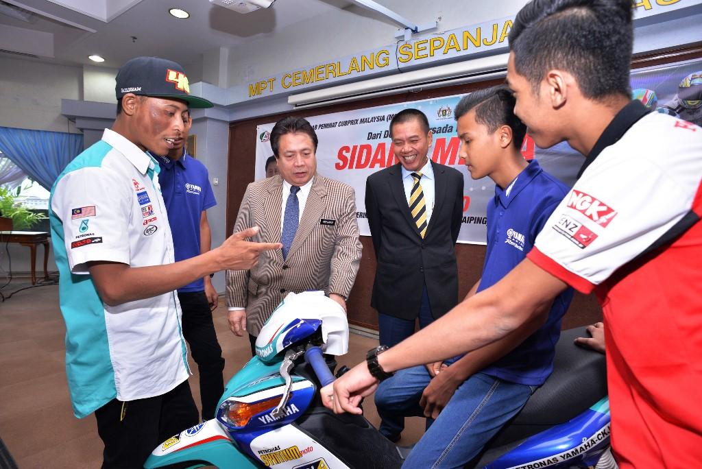 Fazli (kiri) memberi penjelasan tentang jentera perlumbaan kepada Yang DiPertua Majlis Perbandaran Taiping, Dato' Hj Abdul Rahim Md Arif (tiga kiri) dan Ahli Majlis MPT, Dato Ton Zailani (tiga, kanan)