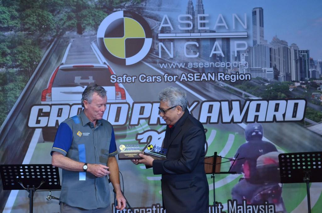 YBhg Dato' Radzaif Mohamed (DCEO of PROTON) receives the award
