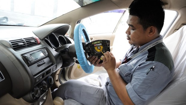 04-Honda-technician-replacing-a-Takata-driver-front-airbag-inflator-620x350