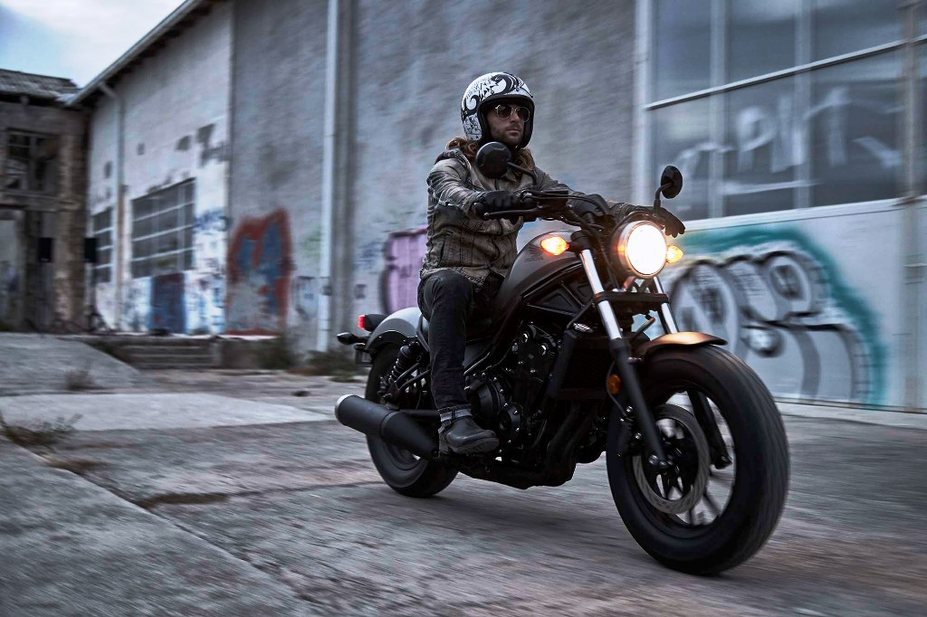 2017-Honda-Rebel-500-300-lifestyle-06